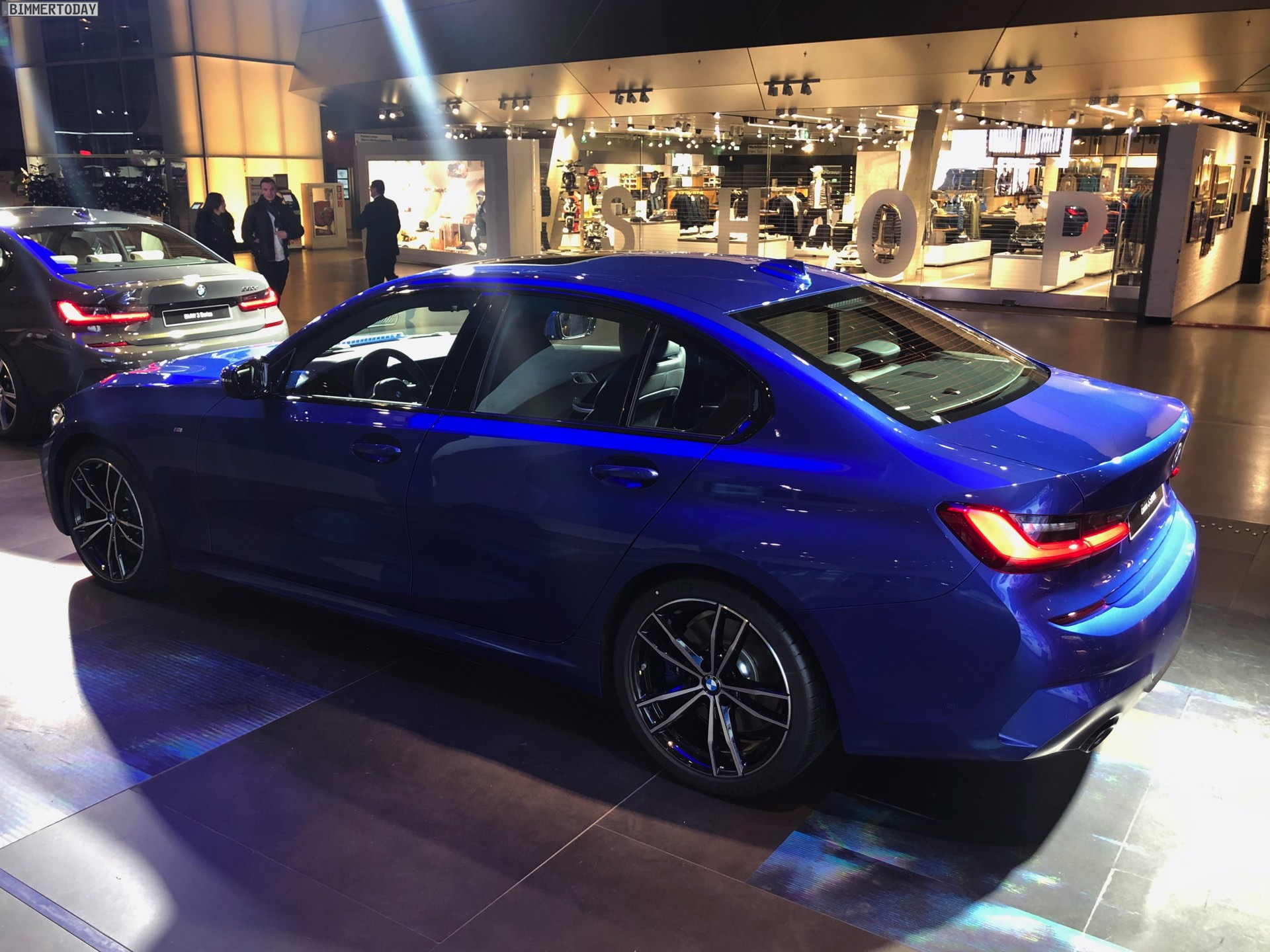 Name:  2019-BMW-3er-G20-M-Sport-Shadow-Line-erweiterter-Umfang-Portimao-Blau-05.jpg Views: 20866 Size:  441.2 KB